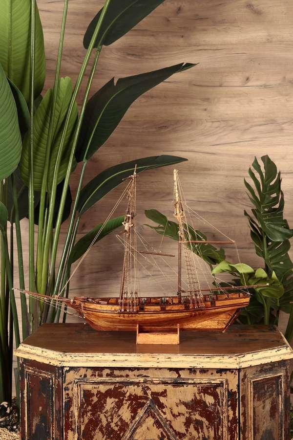 Su Üstünde Ahşap Yelkenli Gemi Maketi